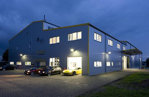 Nachtschicht bei Schmidt. Das Firmengebäude ist beleuchtet.