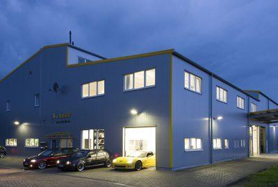 Schmidt Firmengebäude in der Nacht