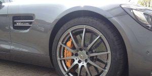 Mercedes AMG GTS Vorderrad wartet auf Winterreifen