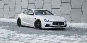 Ein weisser Maserati Ghibli auf Gotham Winterrädern