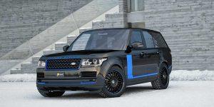 Der große Range Rover auf CF-Line Felgen im Winter. Ein schwarzes Auto mit dunkel blauen Akzenten an den Spiegeln, Felgen und Seitenteilen.