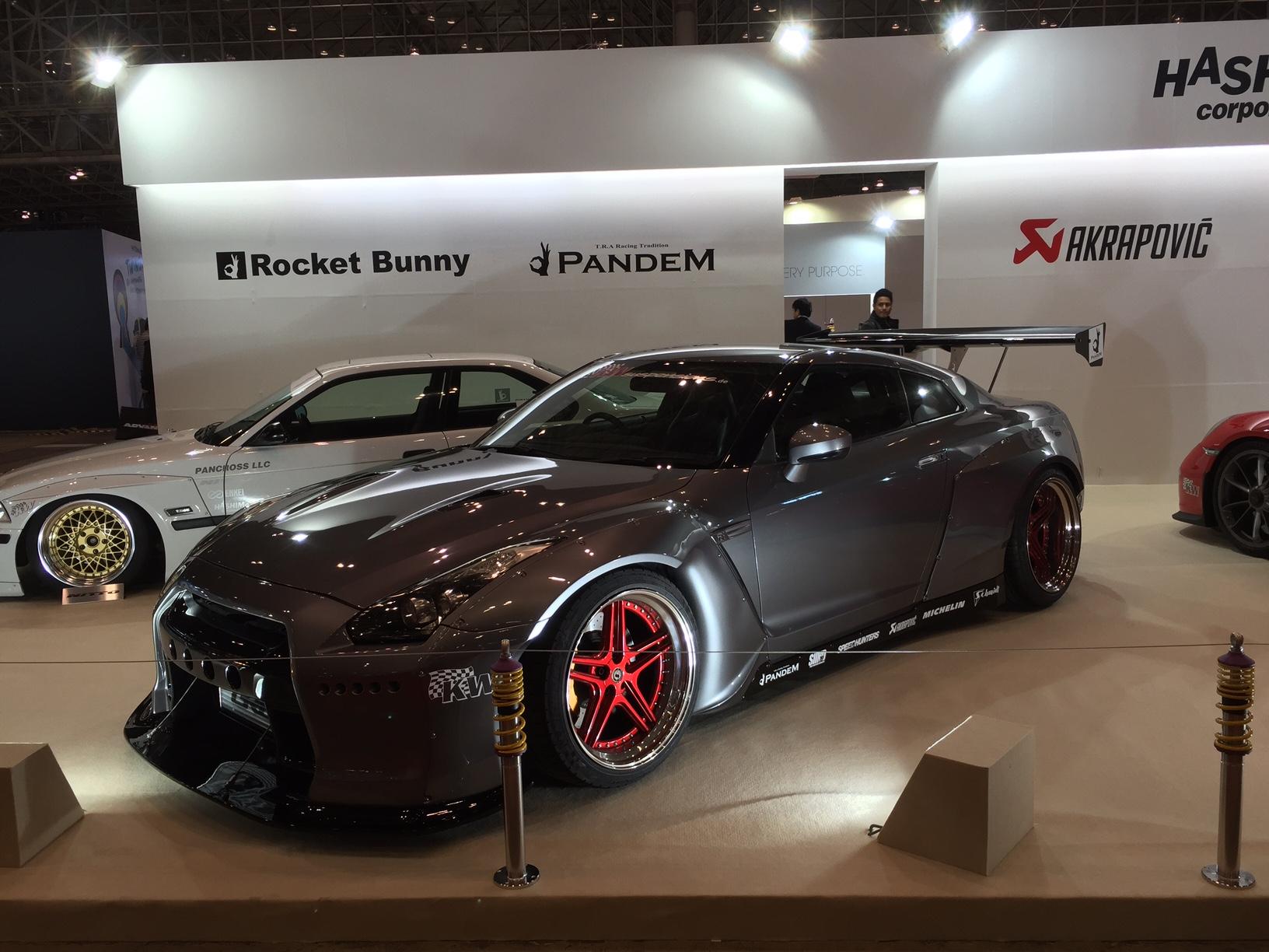 rote Fs-Line Felgen auf einem Nissan GTR mit Rocket Bunny Overfender Body Kit auf dem Tokio Autosalon 2016